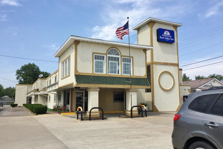 Pet Friendly Americas Best Value Inn in Macomb, Illinois